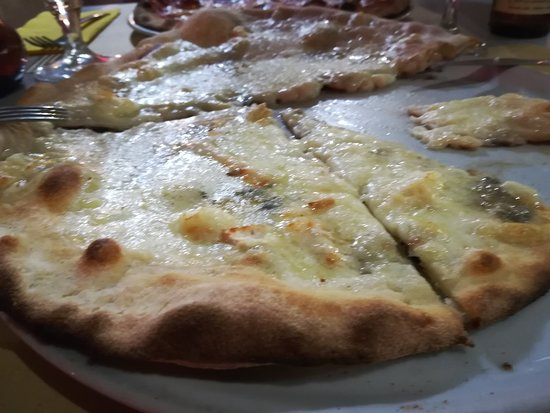 La Pimpa Pizzeria: PIZZA 4 QUESOS: BUENA Y ENORME !!