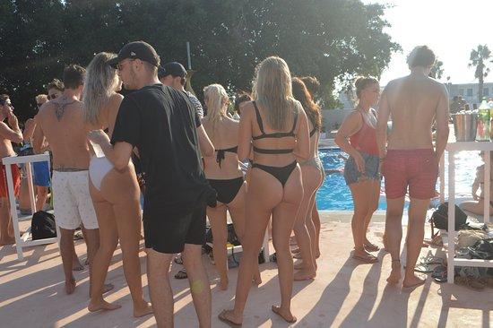 Black Amber Club: Οι Παρασκευές μας💚 Όμορφα cocktails, φοβερές μουσικές και πάνω απ'όλα σούπερ διάθεση! Το καλοκαιρι είναι ακόμα εδώ! 🍹  #friday #party #friyay #pool #cocktails #lovekos #loveparty #loveisland