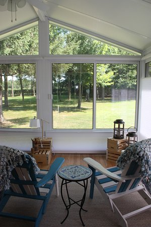 "Silver Creek, État de New York : Lake Room - King Size bed. Option for two additional guests of two twin beds approximately 12"" high located in this sunporch. Additional fee for occupancy over 2 people."