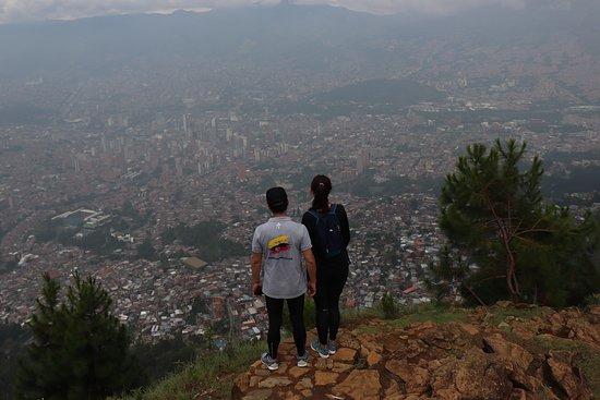 Jardin Circunvalar: La primera parte de una caminata muy exigente. Llegamos a la cima del Cerro Pan de Azúcar después de recorrer todo el Jardín Circunvalar. Desde aquí se puede continuar hacia el Parque Arví.