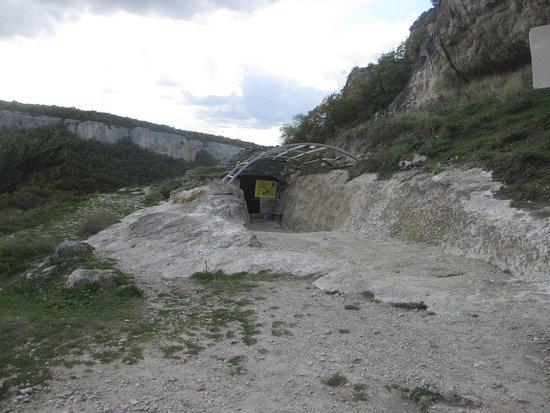 о и выглядит вход в эту пещеру, не впечатляюще- как в обычный погреб.