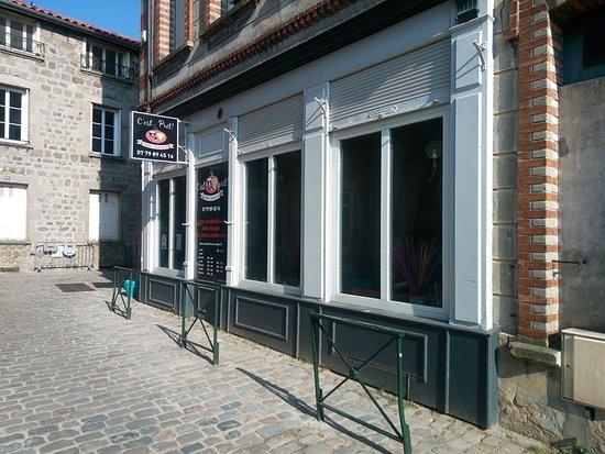 Saint-Didier-en-Velay, ฝรั่งเศส: Façade visible de la grande Place Foch (côté Carrefour Express)