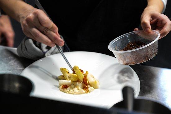 Informal: Espárragos blancos a la brasa de carbón, anchoas, queso Altejo, Jabugo y cítricos - Grilled white asparagus, anchovies, Altejo cheese, Jabugo ham and citrus