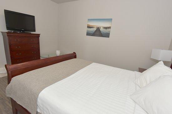 Hotel et Pavillons Le Petit Manoir du Casino: suite pavillon a section chambre 1 lit queen