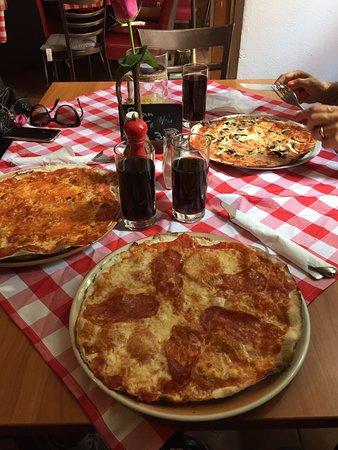 Pizza sottile, croccante e molto buona!