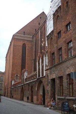 St. Mary's Church: 교회의 붉은 건물