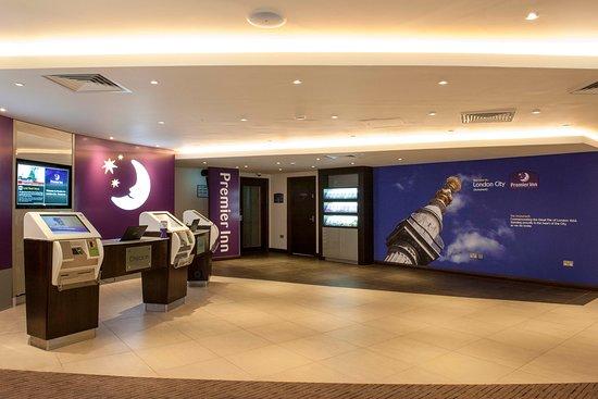 Premier Inn London Bank (Tower) Hotel: Premier Inn reception with check in desk and kiosks
