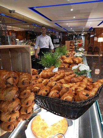 Saint-Genis-Pouilly, Francja: Tous les matins dès 7h, Hervé est en pleine forme pour vous servir. ;)