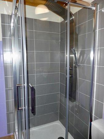 Gite Les Sureaux 65: salle d eau rez de chaussée