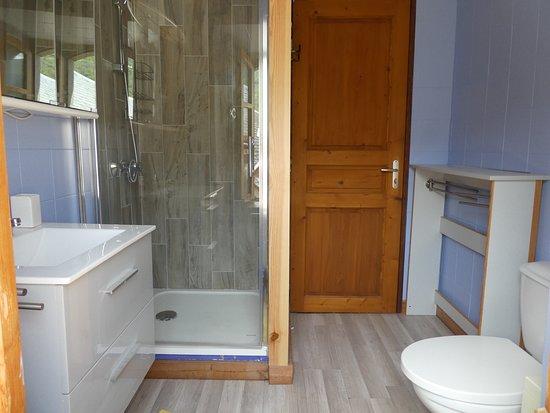 Gite Les Sureaux 65: salle d eau 1er étage