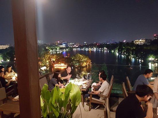 Cau Go Vietnamese Cuisine Restaurant: Vista del lago dal ristorante