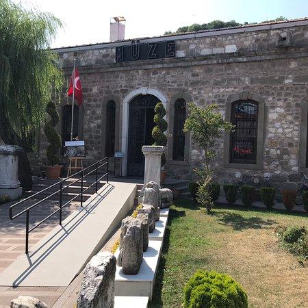Amasra Müzesi - Müze görülmesi gereken bir yer. Amasra ya gidenler için Arkeolojik kazılar ve silah eserleri başta olmak üzere bir çok eser görme imkânını sunuyor.