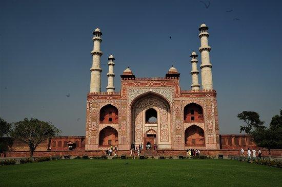 Vista frontale del Mausoleo dell'imperatore moghol Akbar il Grande - Sikandra - Uttar Pradesh / India. Cliccare sulla foto per vederla come scattata.