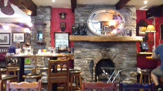 The Mills Inn Pub: Welcoming fire place