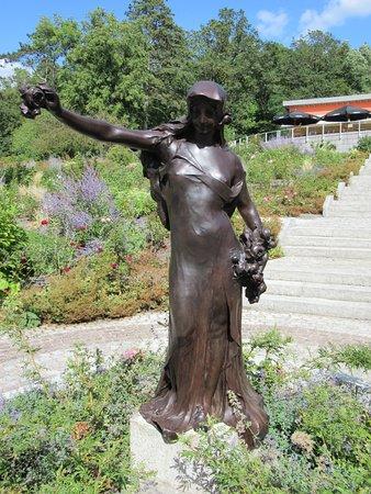 La fille aux roses: Détail de la sculpture