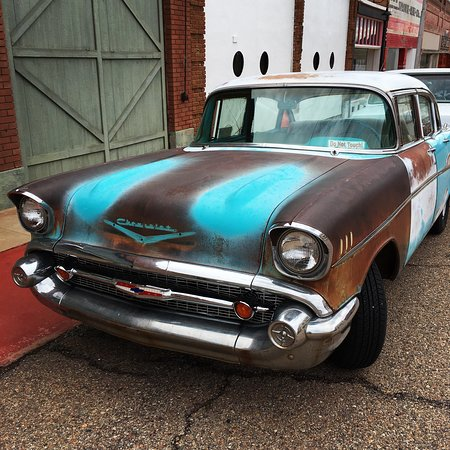 Bisbee, AZ: Love the old cars in Lowell.