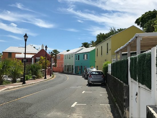 Flatts Village, Bermudy: View down street of pastel colored buildings