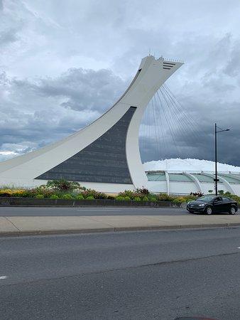 Olympic Park (Parc olympique): Imagen de la vista frontal del estadio principal de Montreal dentro del parque olímpico con mas estadios que ver!