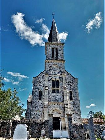 Ce n'est un édifice prestigieux ou incontournable, mais une église en superbe état, offrant le charme des églises de village. Reconstruite au 19ème et 20ème siècles à l'emplacement d'un ancien édifice roman, cette église Saint-Hilaire est située au milieu du village, près du cimetière, fort bien mise en valeur. Voila un édifice néoroman accueillant, lumineux, éclairé par de beaux vitraux, qui s'avère parfait pour une halte méditative ou/et la prière.