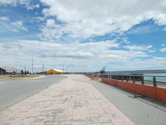 """The """"riverfront promenade"""" with the beach & the Rio Gallegos River alongside (at just about a 10-minute walk north from the Museum)"""