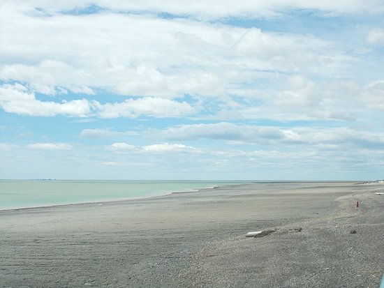 The fairly-wide beach & the opening to the sea (seen from the Rio Gallegos riverfront at just about a 10-minute walk north from the Museum)