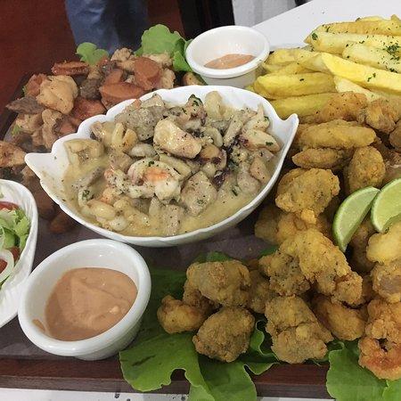 Todo tipo de cócteles y platos, mariscos, carnes, vegetariana, y todo tipo de picadas!!