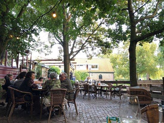 Delfgauw, เนเธอร์แลนด์: Zonnige deel terras en afgeschermd deel met geitjes.