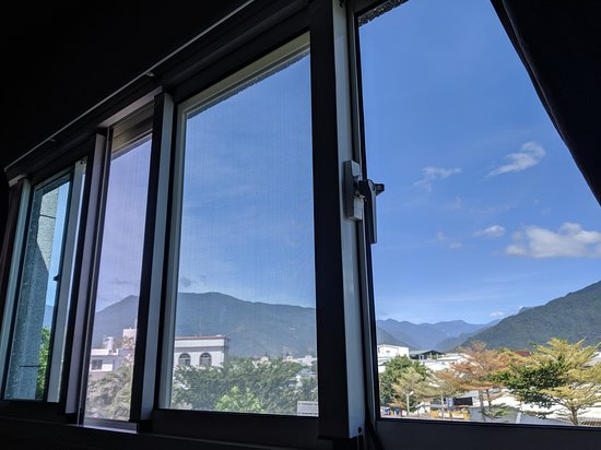 Brown B&B: Double Suites have windows with great mountain views 二人小套房有中央山脈山景