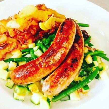 Ostfildern, Germany: Salsiccie mit Zucchini-Bohnen-Gemüse und Bratkartoffeln.