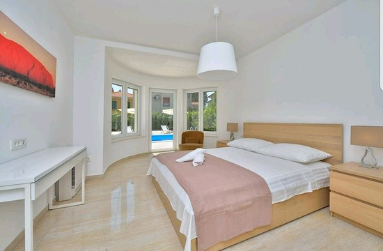 Bedroom with pool connection