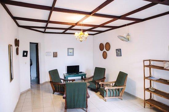 Salon de l'appartement incluant 1 chambre double et 1 chambre lits jumeaux