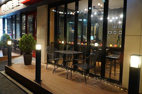 Park Avenue Guest House: 1floor cafe terrace