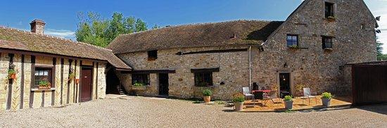 Flagy, Frankrike: La cour du Moulin vous accueillera lors de votre venue, et pourra vous offrir un petit moment de détente en terrasse, tout en vous rafraîchissant.