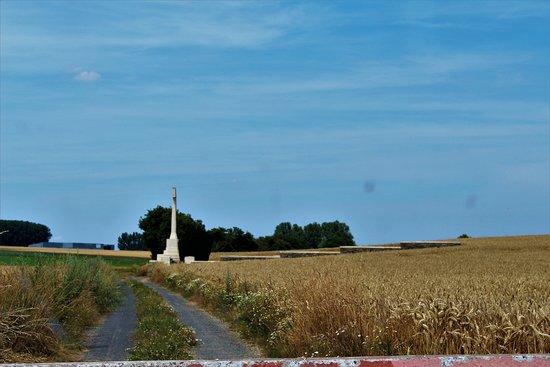 Beaulencourt, ฝรั่งเศส: vista del cementerio desde la pista principal