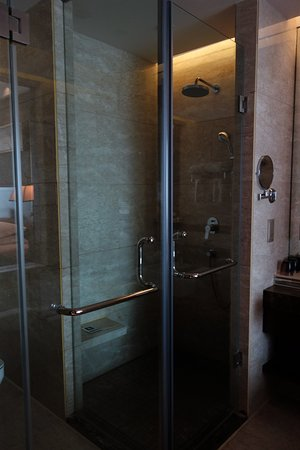 バスタブとシャワーは別で、この左に同じくガラス張りのトイレ