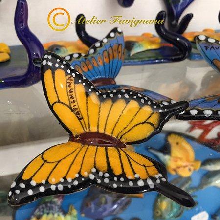Preziosa e delicata farfalla in ceramica. Artigianato siciliano. Ogni pezzo è accuratamente dipinto a mano.