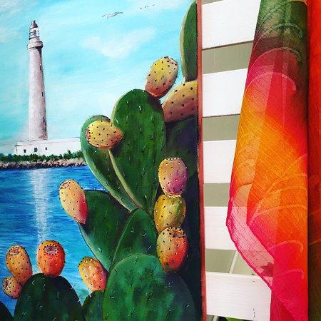 Preziosi tessuti incontrano la pittura su tela. Colorati fichi d'india su faro di Punta Sottile a Favignana.