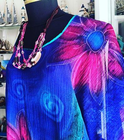 Colorati abbinamenti. I nostri capi di abbigliamento non sono prodotti in serie ma vengono realizzati da mani esperte, rifiniti nei dettagli e resi preziosi e colorati dalla scelta e selezione di tessuti di qualità.