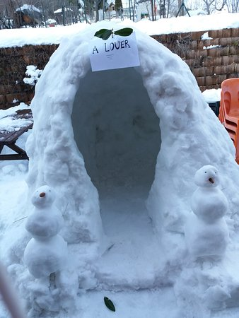 Peone, Frankrike: Les joies de la neige, les enfants s'en donne à coeur pour réaliser un Igloo.