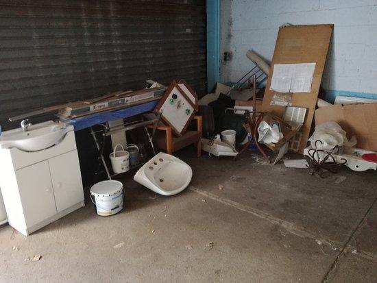 Belazur Hotel: Dépotoir dans le garage !