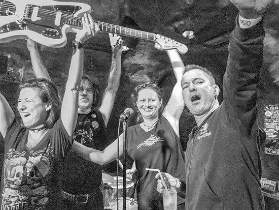 Freak SHOW: Gewinner der E-Gitarre bei einer Freak Show-Jubiläumsparty