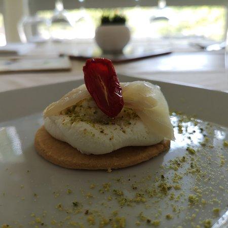 סומה וזוביאנה, איטליה: Chiese cake di baccalà con ricotta nobile , pistacchio e pomodori del Vesuvio confit
