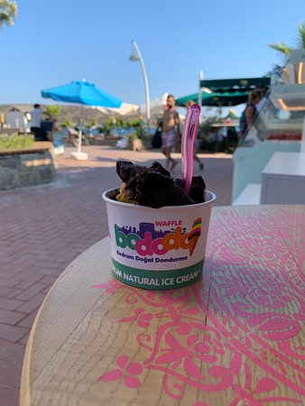 Harika bir konyalı çikolata doğal dondurması