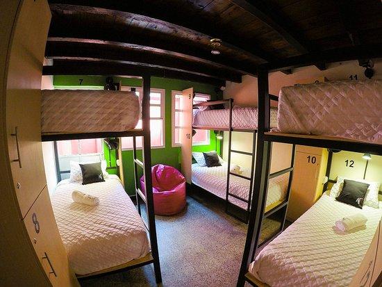 Una de nuestras cómodas habitaciones con espacio para 6 personas.