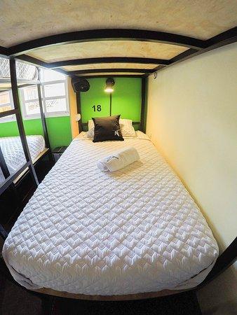 Cada cama cuenta con su propio tomacorriente, lámpara, ventilador y locker personal.