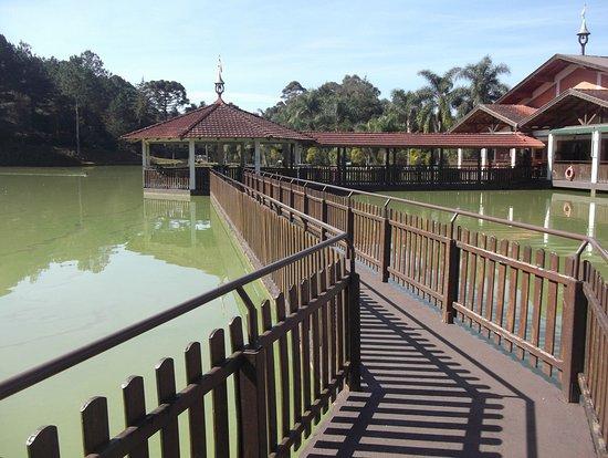 Vista parcial lago e restaurante