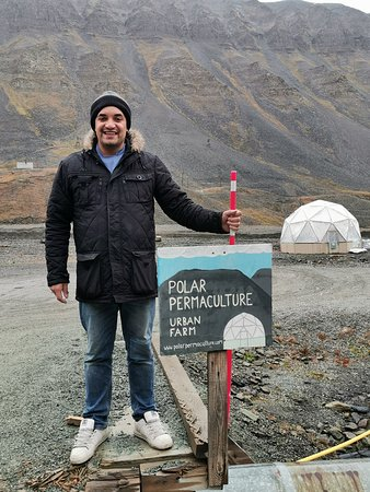 Um curso de culinária do Ártico e passeios de Longyearbyen - Permacultura Polar: Meet Ben! His smile is infectious and his passion lights up the room. Get ready to be inspired and learn about why growing food in the Arctic is both important and awesome.