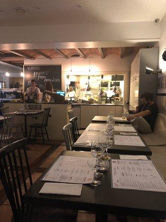 Bra på riktigt  Restaurang med öppet kök är sällan en besvikelse . Bra mat bra atmosfär och en härlig jargong mellan personalen