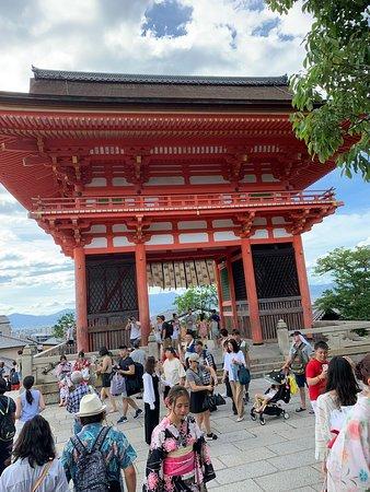 קיוטו, יפן: Templos lindíssimo, tem varias lojinhas para fazer compras de presentes, barraquinhas de comida . E preciso comprar bilhetes somente para entrar no templo na parte de dentro. Adultos 400 yenes  Crianças 200 yenes a partir dos 6 anos  Para andar na parte de fora não precisa pagar nada.  E um lugar muito bonito vale a pena ir