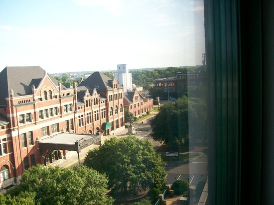 Embassy Suites by Hilton Hotel & Montgomery Conference Center: The View in Room 718.  The Huge Historical Amtrak Union Station.